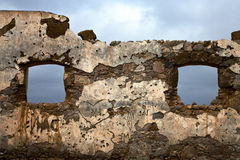 Het bruine vervormde venster in a brak verf anzarote Spanje Stock Foto's