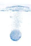 Het bruisende tablet oplossen in water Stock Afbeeldingen