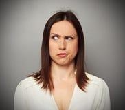 Het brunette die kijken met begrijpt verkeerd royalty-vrije stock afbeelding