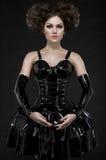 Het brunette van de Exyvrouw in de kleding en de kettingen van het amuletlatex Royalty-vrije Stock Fotografie