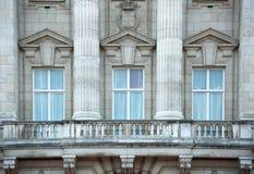 Het Buckinghampaleis is de woonplaats van koningin Elizabeth II de monarch van het Verenigd Koninkrijk Koninklijk balkon Londen,  royalty-vrije stock foto