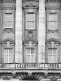 Het Buckinghampaleis is de woonplaats van koningin Elizabeth II de monarch van het Verenigd Koninkrijk Koninklijk balkon Londen,  stock foto's