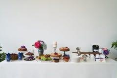 Het buffet van het cateringshuwelijk voor gebeurtenissen Dessertlijst in restaurant royalty-vrije stock afbeeldingen