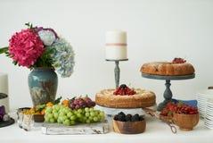Het buffet van het cateringshuwelijk voor gebeurtenissen Dessertlijst in restaurant stock afbeelding