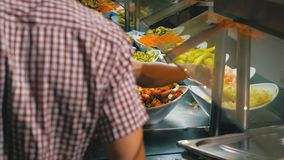 Het Buffet van het ontbijt Diverse Kant-en-klare Maaltijd op de Teller in het Egyptische Restaurant stock video