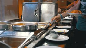 Het Buffet van het ontbijt Diverse Kant-en-klare Maaltijd op de Teller in het Egyptische Restaurant stock footage