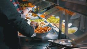 Het Buffet van het ontbijt Diverse Kant-en-klare Maaltijd op de Teller in het Egyptische Restaurant stock videobeelden