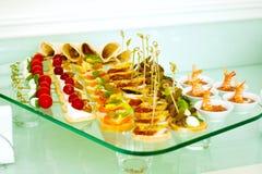 Het buffetstijl van de catering met verschillende lichte snack Royalty-vrije Stock Foto