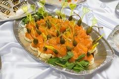Het buffetstijl van de catering - sandwiches met zalm Stock Foto's