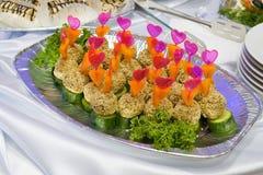 Het buffetstijl van de catering - sesambroodjes met komkommer Stock Foto's