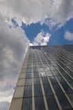 Het buidling van het bureau met blauwe hemel Stock Afbeeldingen