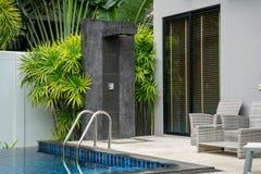 Het buiten uit hoofd van de deurdouche in het huis of huisgebouw met groene tuin royalty-vrije stock foto