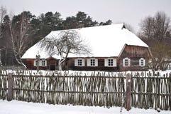 Het buitenhuis van de winter royalty-vrije stock afbeelding