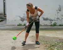 Het buitenlandse vrijwilligers schoonmaken in yaan bifengxiabasis van ccpccp in China stock foto's