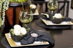 Het buitensporige dinerlijst plaatsen Stock Afbeeldingen