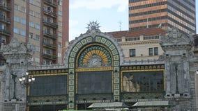 Het buitensporige station van Santander in Bilbao, de infrastructuur van het passagiersvervoer stock video