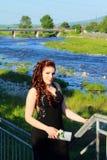 Het Bulgaarse kleine meisje van de stadsrivier prom stock foto