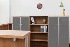 Het bureau en de boekenkast van de ontvangst stock foto
