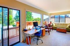 Het bureau en de woonkamerhuisbinnenland van het huis met balkonmening. Royalty-vrije Stock Afbeelding