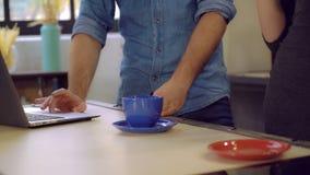 Het bureau met koppen zich dichtbij bevindt mannelijk en unvisible wijfje stock foto
