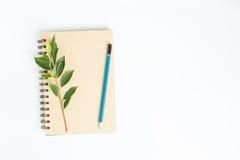 Het bureau met notitieboekje hoogste mening over witte vlakke achtergrond, legt Royalty-vrije Stock Afbeelding