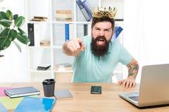 Het bureau is mijn koninkrijk Koning van Bureau De slijtage gouden kroon van de mensen gebaarde zakenman r Het chef- genieten van royalty-vrije stock foto