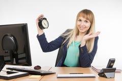 Het bureau is tevreden dat een specialisten werkdag gebeëindigd is Stock Afbeeldingen
