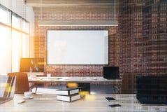 Het bureau van de baksteenopen plek, computers, gestemde affiche stock illustratie