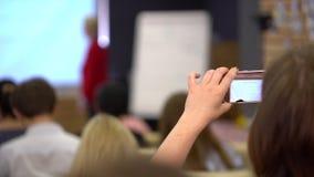 Het Bureau van de de Conferentievergadering van het bedrijfsmensenseminarie Opleidingsconcept Meisje die video van de toespraak o stock video