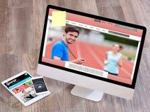 Het bureau van de houten sportman in hoge definitie met laptop, tablet en stock foto