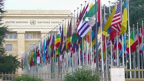 Het Bureau van de Verenigde Naties in Genève in Zwitserland, steeg van de vlaggen van lidstaten stock footage