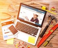 Het bureau van het houten manusje van alles in hoge definitie met laptop, tablet en stock afbeeldingen