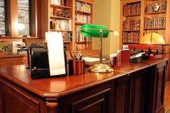 Het Bureau van het huis en Boekenrekken Stock Afbeeldingen
