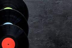 Het bureau van musicus of DJ met vynilverslagen voor songwriter werkt aan donker achtergrond hoogste meningsmodel stock afbeeldingen