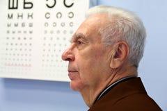 In het bureau van oogspecialist Stock Afbeeldingen