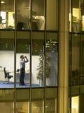 Het Bureau van zakenmanusing binoculars in stock afbeelding