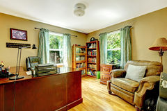 Het bureaubinnenland van het huis met groen muren en hout. Stock Afbeelding