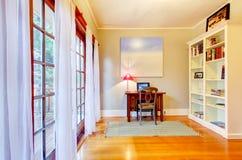 Het bureaubinnenland van het huis met grote vensters. Royalty-vrije Stock Afbeeldingen