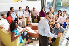 Het Bureaucollega's van zakenmanmaking presentation to stock foto's