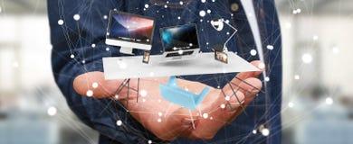 Het bureaulaptop van de zakenmanholding vliegende telefoon en tablet in zijn h Stock Afbeeldingen