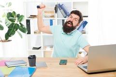 Het bureauleven maakt hem gek Zakenman met baard en snor gegaan gek met hamer in een hand Gefrustreerd bureau stock fotografie
