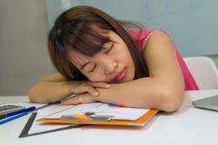 Het bureaumeisje neemt een dutje na de lunch stock foto
