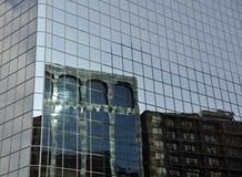 Het bureautoren van de stad met bezinningen Stock Foto's