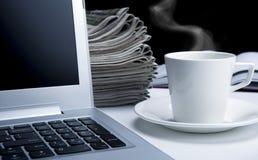 Het bureauwerk en pauze in het werk royalty-vrije stock afbeelding