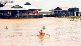 Het Cambodjaanse bassin van het jongensgebruik als boot Royalty-vrije Stock Foto