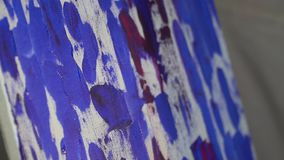 Het canvas schilderde rode blauwe olieverf stock video