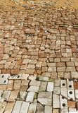 Het canvas van de dorpsweg voerde keurig met een gebroken baksteen Stock Foto's