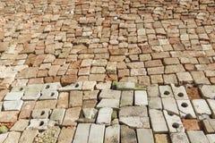 Het canvas van de dorpsweg voerde keurig met een gebroken baksteen Royalty-vrije Stock Foto
