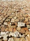 Het canvas van de dorpsweg voerde keurig met een gebroken baksteen Stock Foto
