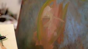 Het Canvas van schildersapplying oil on stock videobeelden